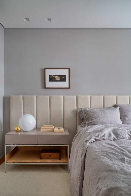 quarto com parede cinza claro