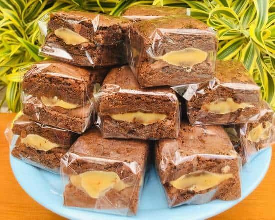brownie recheado em embalagem de celofane