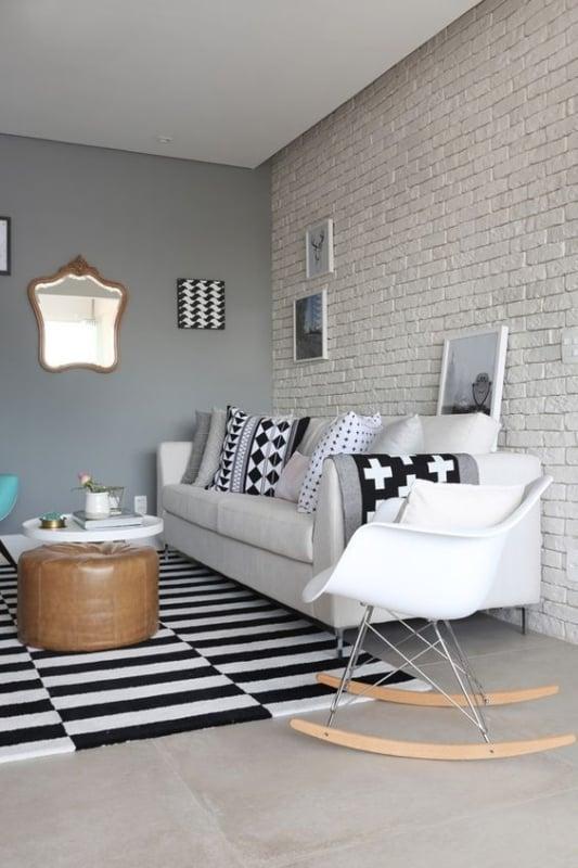 cadeira de balanco Eames na sala