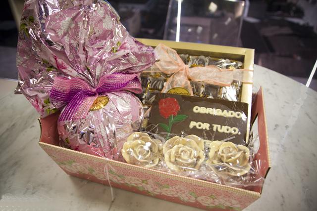 cesta em papelao com chocolates artesanais