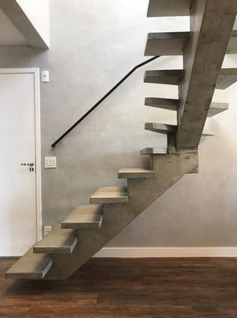 escada de concreto em L sem guarda corpo