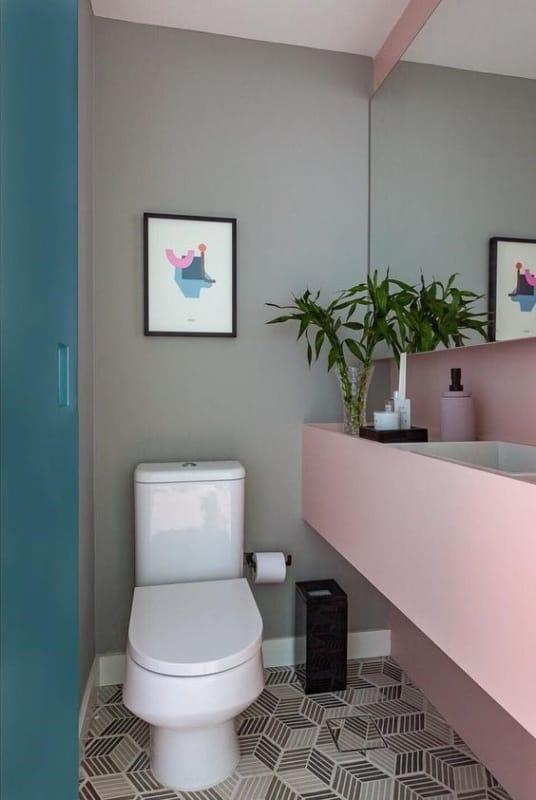 lavabo com parede cinza claro e tons pasteis