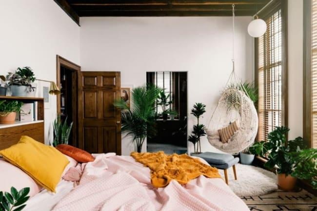 quarto grande decorado com plantas