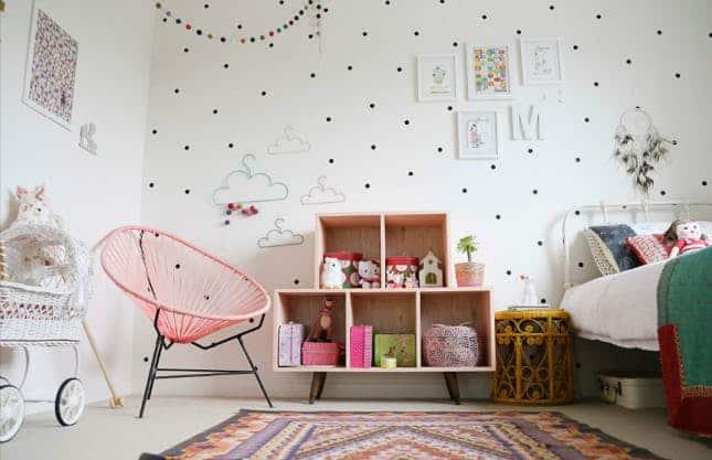 quarto infantil com cadeira acapulco rosa