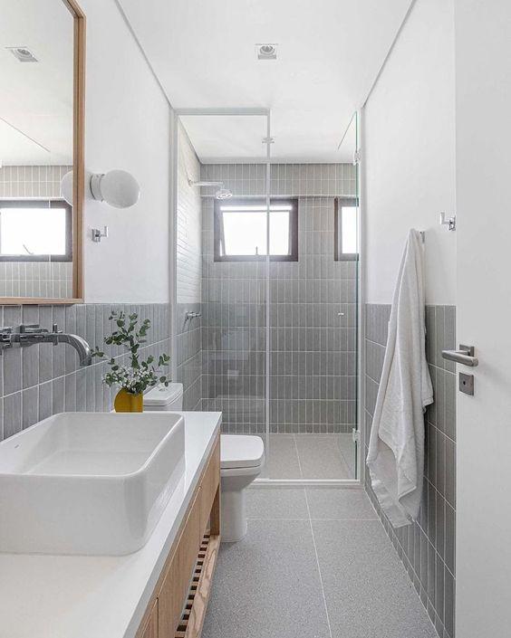banheiro com revestimento cinza claro