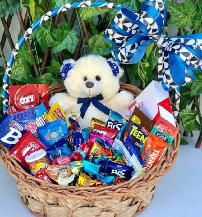 cesta grande com chocolates e ursinho