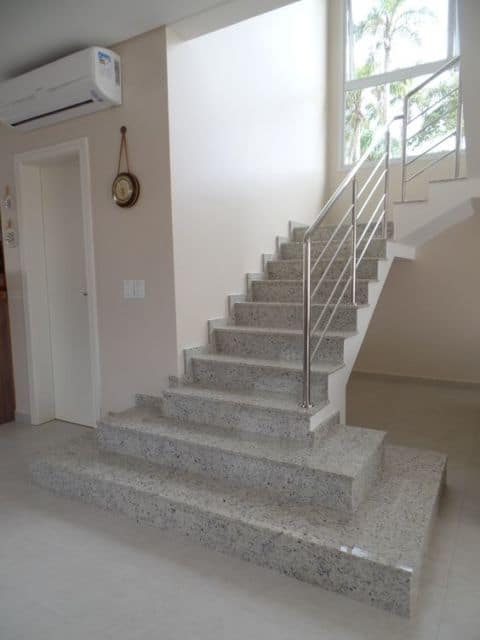 escada de alvenaria em L com revestimento em granito