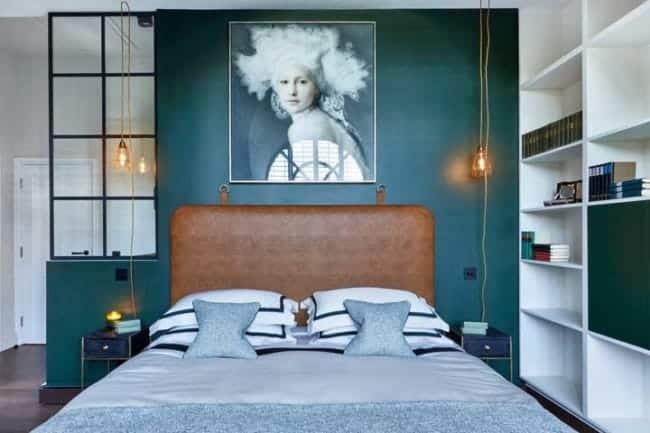 quarto com parede verde e cabeceira caramelo
