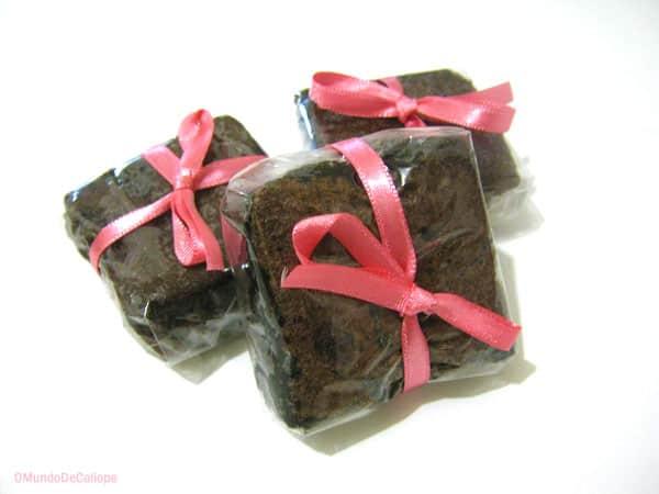 brownie com embalagem de celofane e fita de cetim