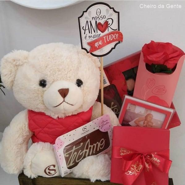 cesta com chocolates e ursinho de pelucia