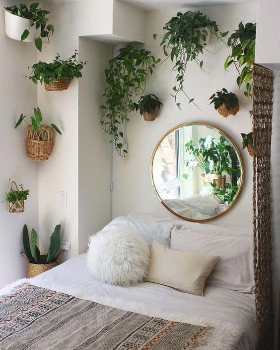 quarto pequeno decorado com plantas