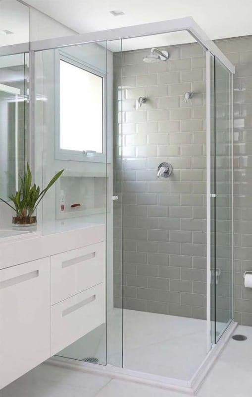 banheiro com azulejo metro cinza claro