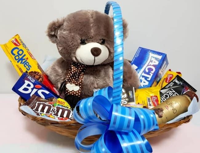 cesta de chocolate decorada em azul e com urso
