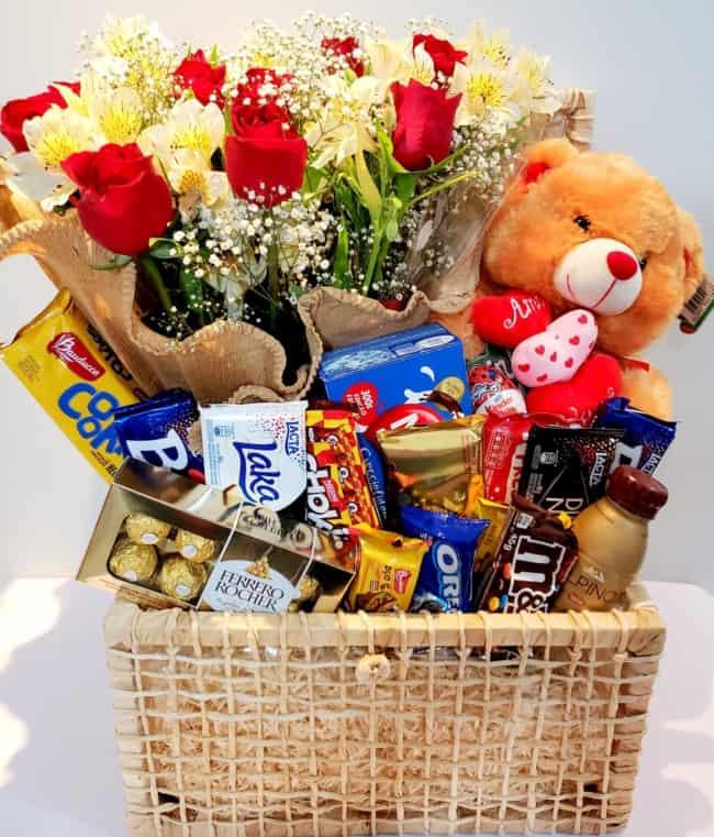 cesta de chocolate com urso e buque de flores