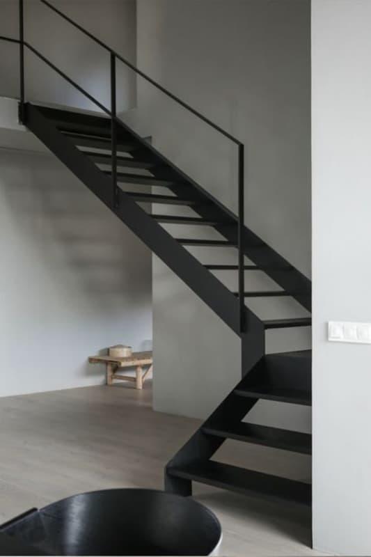 escada de metal em L
