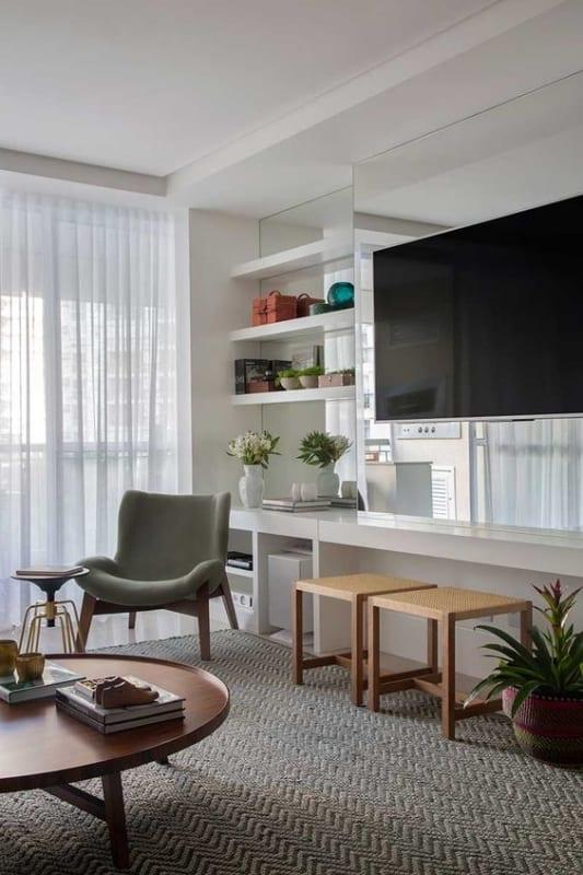 sala de TV com cadeira estofada e confortavel