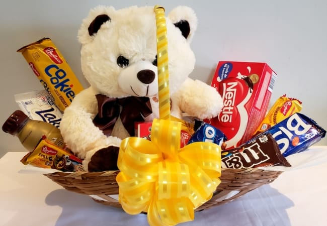 modelo de cesta de chocolate decorada em amarelo e com urso