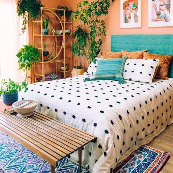 quarto colorido decorado com plantas
