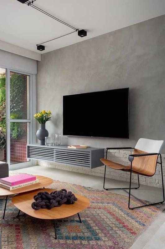 sala de TV com cadeira confortavel de madeira