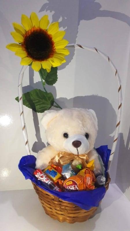 cesta pequena com chocolates e pelucia