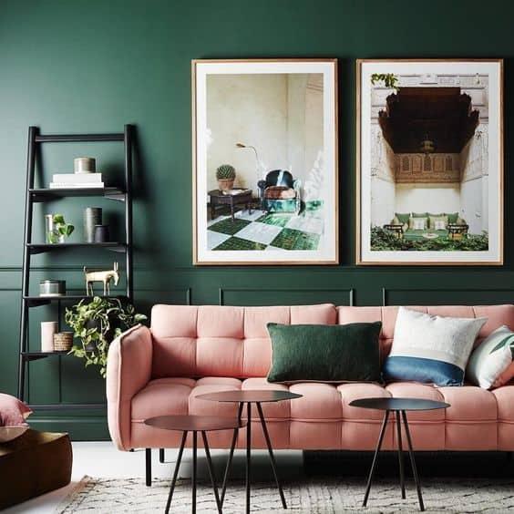 sala com parede verde e sofa rosa
