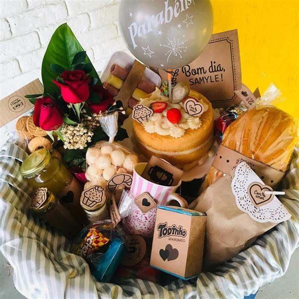 cesta de cafe da manha com bolo para aniversario