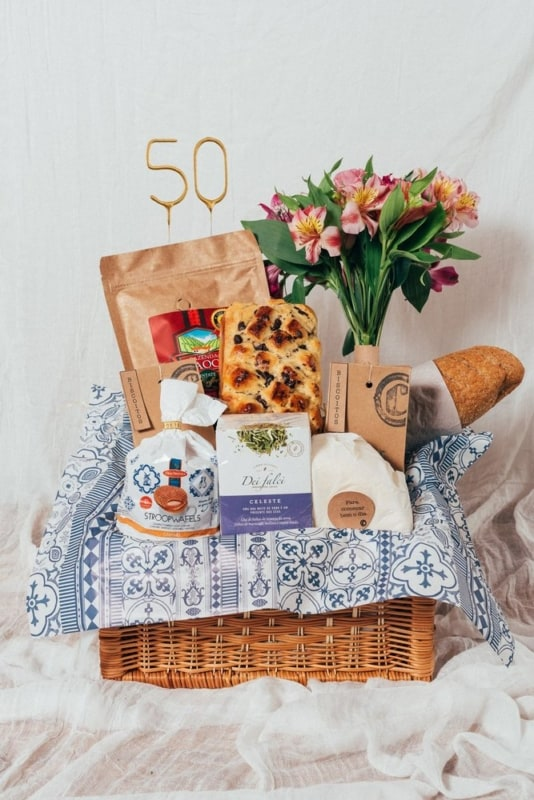 cesta de cafe da manha de aniversario com flores