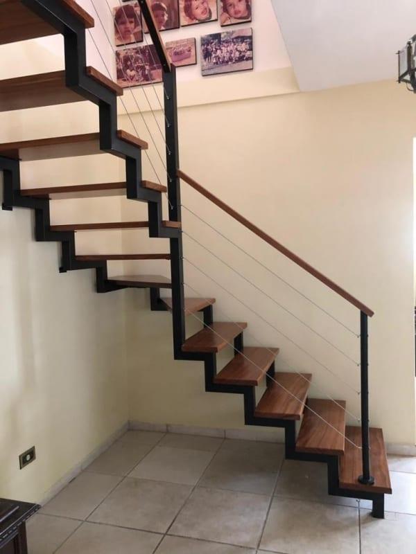 escada em L com estrutura de metal e degraus em madeira