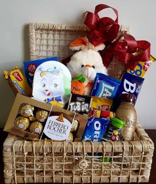 cesta de pascoa com chocolates e coelhinho de pelucia
