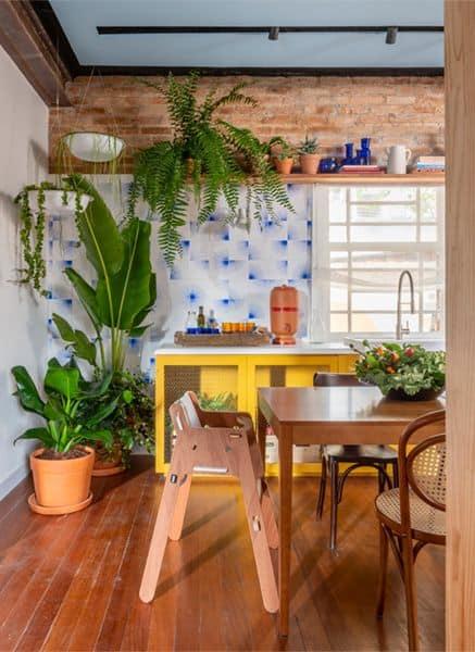 cozinha simples decorada com plantas