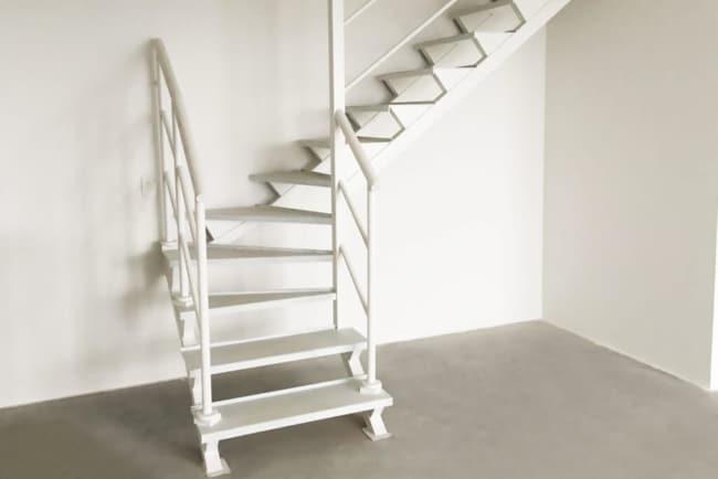 escada de metal branco em L