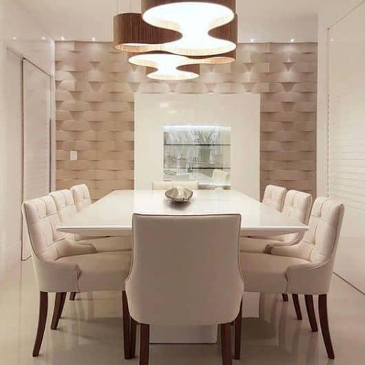 sala de jantar com cadeiras estofadas e confortaveis