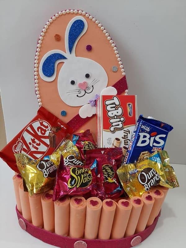 cesta de EVA com chocolates para pascoa