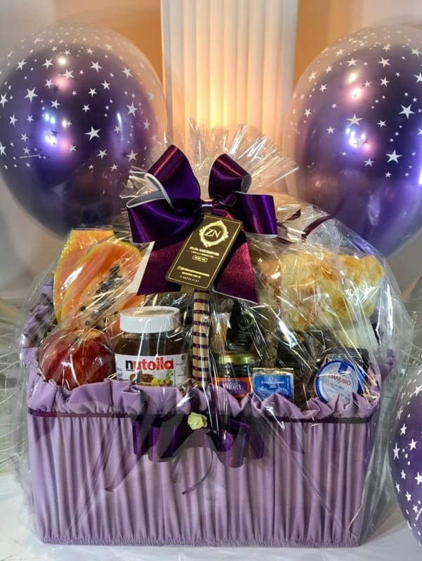 cesta de cafe da manha decorada em lilas para aniversario
