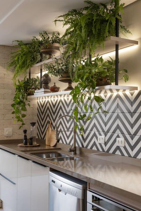 cozinha moderna decorada com plantas