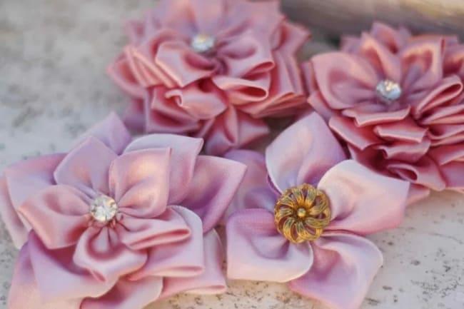 flores de tecido feitas em cetim