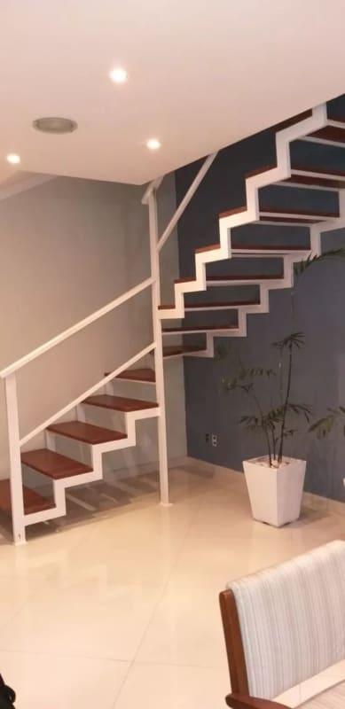 escada em L com estrutura de ferro