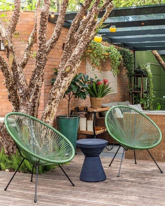 area externa com cadeira acapulco verde