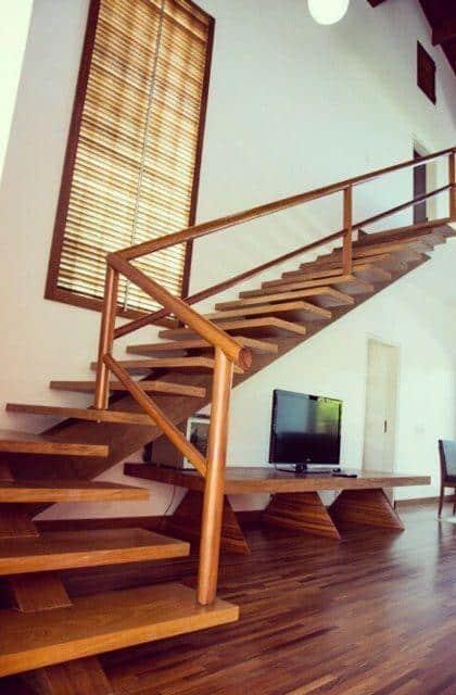 casa com escada de madeira em L