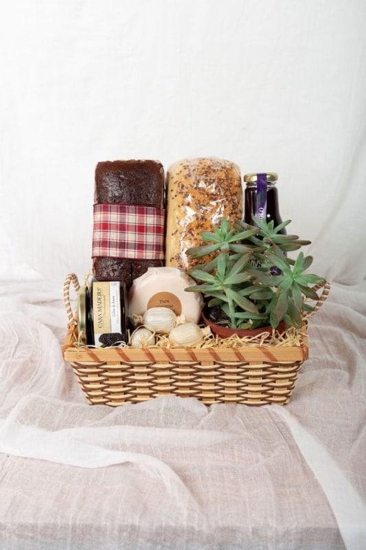 cesta de cafe da manha pequena com produtos artesanais