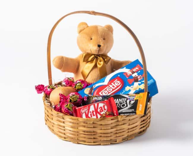 cesta de chocolate simples com caixa de bombom e urso