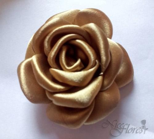 flor de tecido em cetim dourado