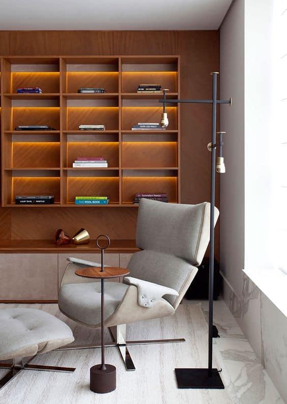cadeira estofada com puff para leitura
