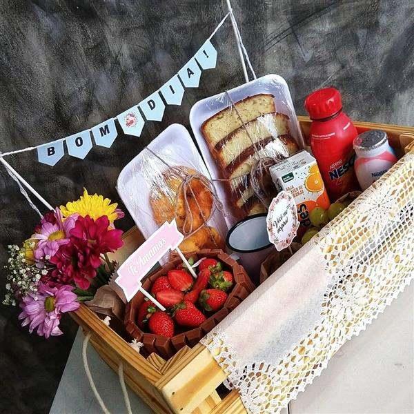 cesta de cafe da manha com bolo de aniversario