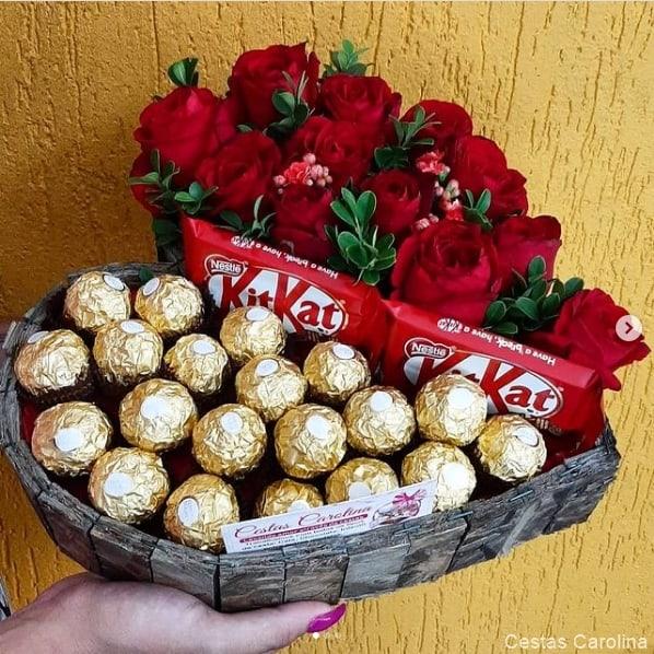 cesta de chocolate com rosas vermelhas para dia dos namorados