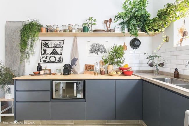 cozinha urban jungle com armarios cinza