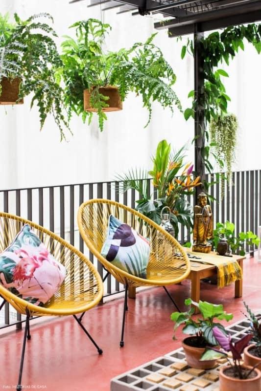 varanda decorada com cadeira acapulco amarela
