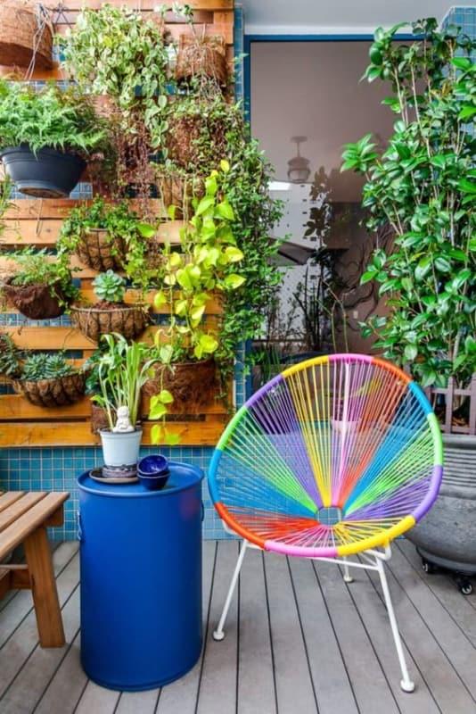 area externa com cadeira acapulco colorida