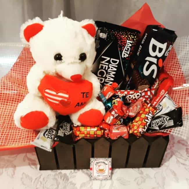 cesta de dia dos namorados com chocolate e ursinho