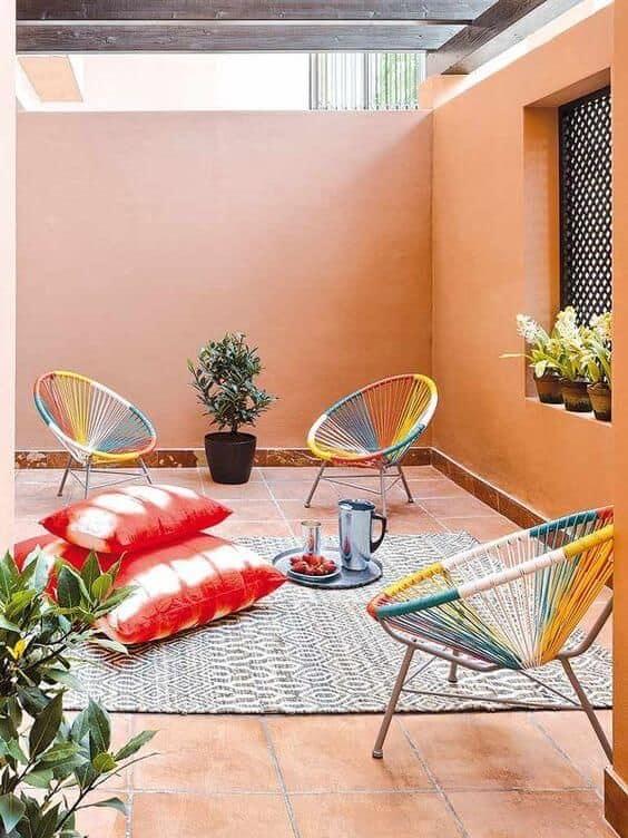 area externa com cadeiras acapulco coloridas